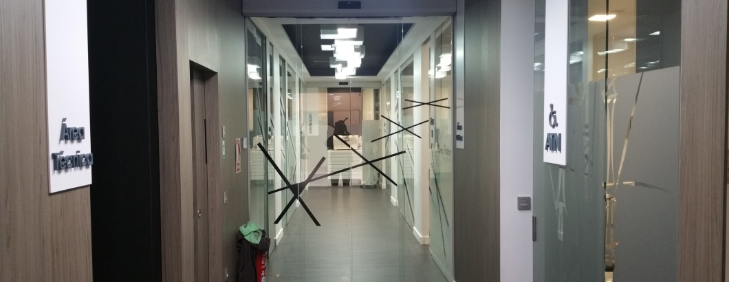 Puerta corredera de cristal.